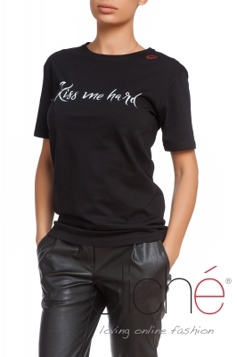 "Black t-shirt ""Kiss me hard"""